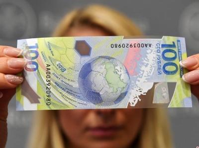 俄发行世界杯纪念钞票 面值100卢布由塑料制成