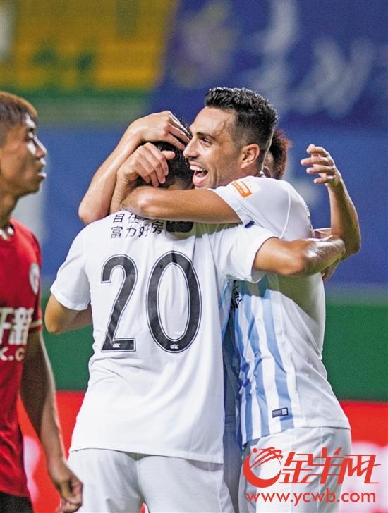 扎哈维(右)和队友庆祝进球