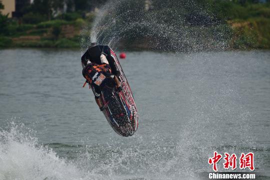 中国柳州国际水摩公开赛选手水上秀技吸睛