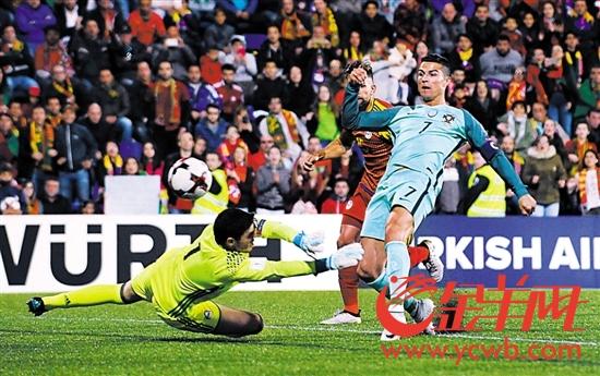 葡萄牙队球员C罗(右一)在比赛中破门