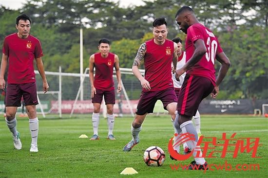 穆里奇(右一)、郜林(右二)和冯潇霆(左一)加紧备战