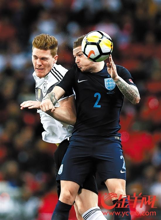 德国球员哈尔斯滕伯格(左)与英格兰球员特里皮尔争顶