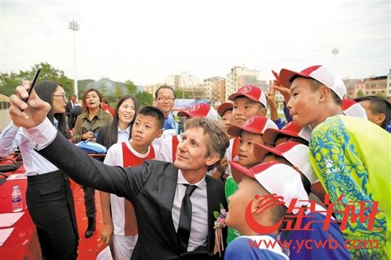 阿贾克斯首席执行官、前著名球星范德萨与小球员合影