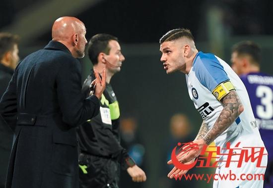 国际米兰主教练斯帕莱蒂(左)与伊卡尔迪交流