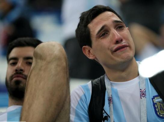 被灌3球後 阿根廷球迷難掩失落淚灑球場