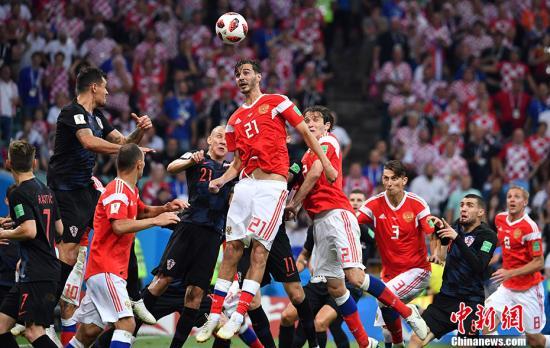 北京时间7月8日凌晨2:00,俄罗斯世界杯最后一场1/4决赛在索契上演,俄罗斯和克罗地亚120分钟内战成2:2平,点球大战中,克罗地亚队5罚4中,俄罗斯队5罚3中,最终克罗地亚总比分6:5战胜俄罗斯,杀进四强,半决赛中他们将对阵英格兰队。 <a target='_blank' href='http://www.chinanews.com/'><p  align=