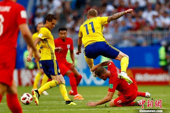 北京时间7月7日晚22:00,俄罗斯世界杯结束第三场1/4决赛的较量,凭借着马奎尔和阿里在上下半场的头球建功,英格兰队以2:0战胜瑞典队,在下半区率先晋级半决赛。 <a target='_blank' href='http://www.chinanews.com/'><p  align=