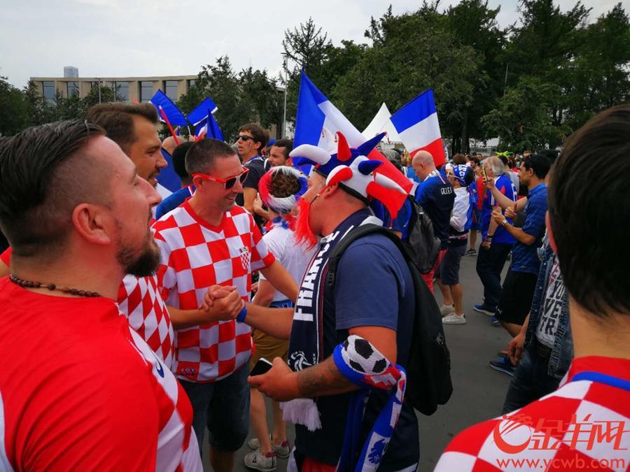 法国和克罗地亚球迷 记者林本剑 摄