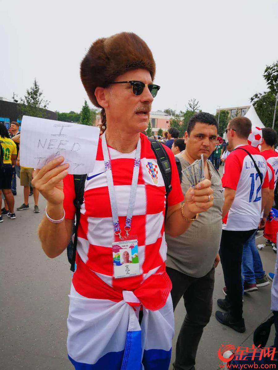 克罗地亚球迷手拿现金要购票 记者林本剑 摄