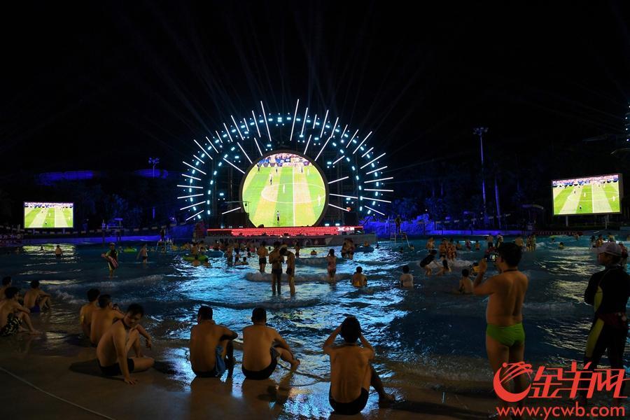 2018年7月15日,世界杯决赛夜,长隆水上世界大屏幕转播比赛,球迷们泡在水中消暑看球。 金羊网记者 宋金峪 摄