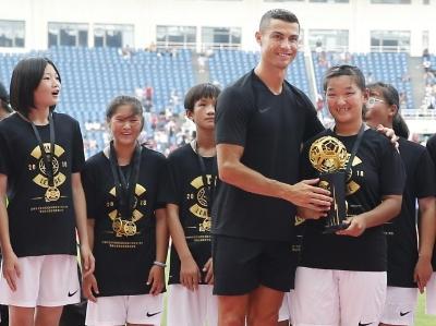 C罗现身北京奥体中心 为校园足球联赛冠军颁奖