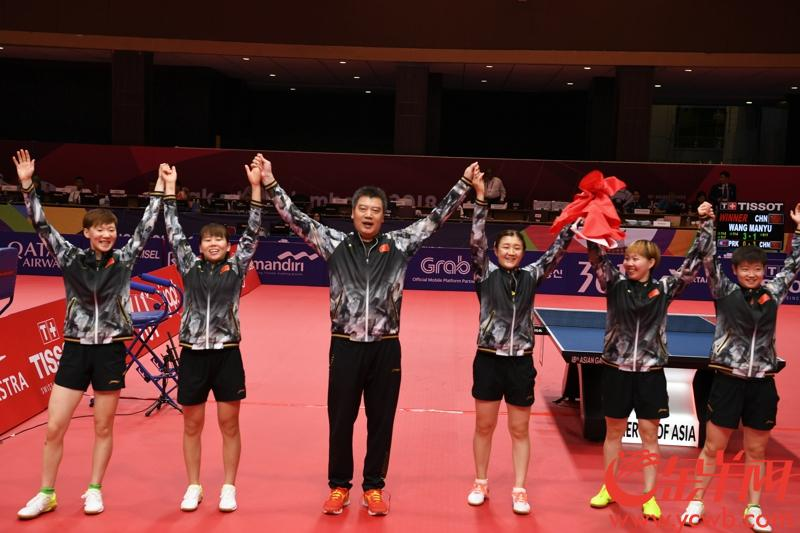 2018年8月28日,亚运会乒乓球团体赛展开金牌角逐。中国女队先拔头筹,以总比分3-0战胜朝鲜队,夺得冠军。 图为夺冠后中国女队合影。 金羊网特派记者 周巍 摄