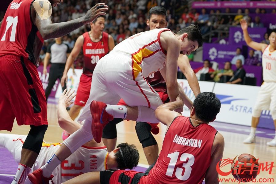 2018年8月27日,亚运会男篮四分之一决赛中国98-63大胜印尼。 金羊网特派记者 周巍 摄