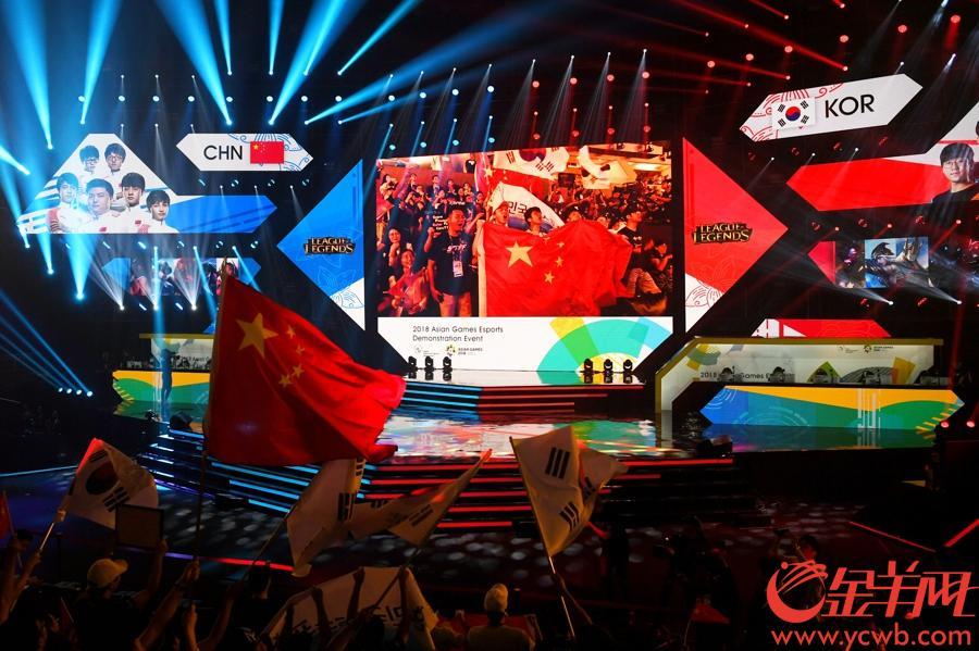 2018年8月29日,雅加達亞運會電子競技英雄聯盟項目中國隊力克韓國隊奪冠。 圖為比賽現場氣氛熱烈,中國隊隊員在比賽中全神貫注。  金羊網特派記者 周巍 攝