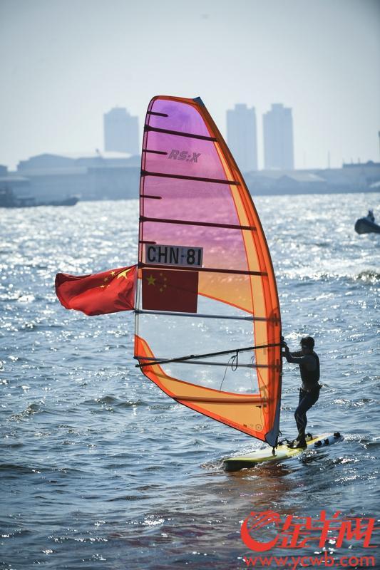 2018年8月31日,亚运女子帆板RS:X级奖牌轮比赛广东选手陈佩娜夺冠。  金羊网特派记者 周巍 摄