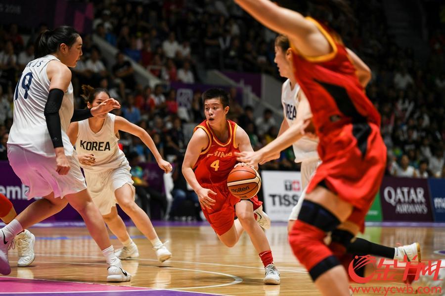 9月1日,雅加达亚运会女篮项目的最后一个比赛日,中国女篮在决赛中迎战朝韩联队,经过四节激战,最终中国女篮以71-65击败朝韩联队,夺得冠军。  金羊网特派记者 周巍 摄