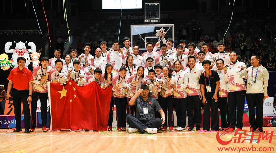 2018年9月1日,亚运男篮女篮迎来决赛。中国男篮、女篮齐齐夺冠,让亲自坐镇雅加达的篮协主席姚明笑逐颜开。 金羊网特派记者 周巍 摄