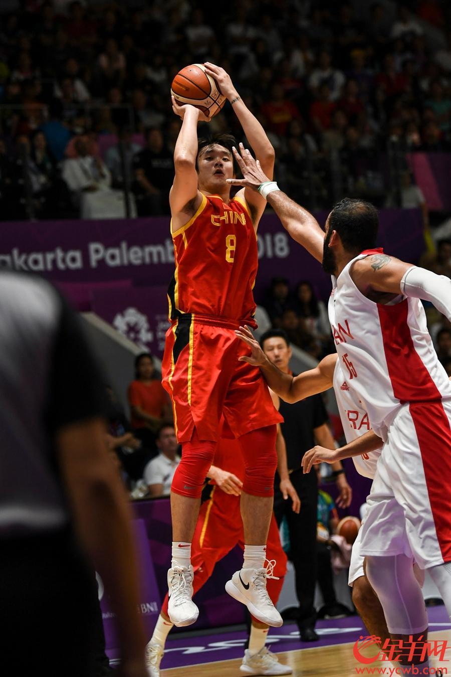 昨晚的雅加达篮球馆近乎成为半个中国队的主场,五星国旗挥舞,加油声此起彼伏。中国男篮取得领先后,再也没让伊朗队把气势扳回去。随着方硕、阿不都沙拉木、周琦相继远投命中,中国队将分差拉大到了10分以上,比赛失去悬念。84比72,比分定格的一刻,全场中国球迷起立向中国男篮致意,与场上中国队的小伙子们一同欢庆胜利。