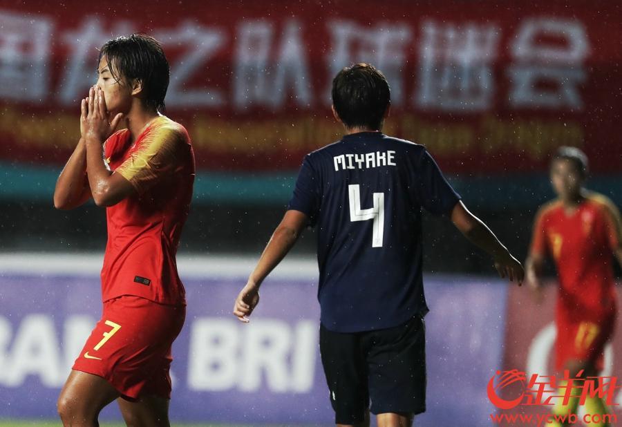 亚运会女足决赛中国队0-1憾负日本,女足姑娘赛后难掩失望。 金羊网特派记者 周巍 摄