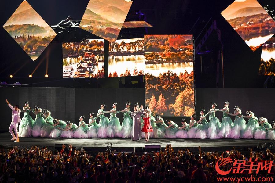"""9月2日,第18届亚运会闭幕式在印度尼西亚雅加达举行。这是闭幕式上的""""杭州时间""""文艺演出。金羊网特派记者 周巍 摄"""