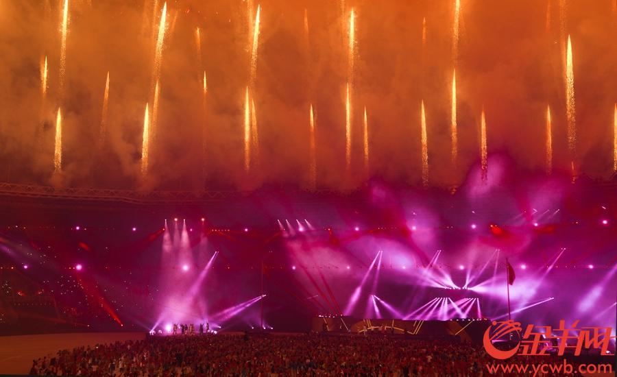 2018年9月2日,雅加达亚运会闭幕式在格拉罗蓬卡诺体育场举行。闭幕式上的烟火表演美轮美奂。 金羊网特派记者 周巍 摄