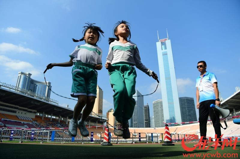 11月13日,在体育东教育集团体育节上,朝气蓬勃的小学生们在接力赛、短跑、跳绳、跳远、投垒球等项目上展开角逐,一展崇尚运动,热爱体育的精神面貌。日前,国家教育部召开新闻发布会,介绍《综合防控儿童青少年近视实施方案》。广州整合资源多方联动探索近视防控的新举措,获得了教育部肯定并向全国推广。实际上,目前广州不少中小学在防控近视方面积累了许多经验,如体育东小学就采用了户外活动增至2小时、限制平板电脑学习时间等方式多渠道防控近视,增强学生体质。金羊网 记者邓勃 摄