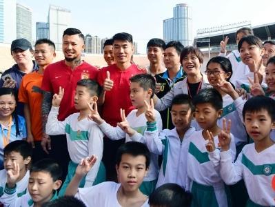 广州这所小学运动会7000师生同台炫技 恒大球星郑智张琳芃现场打响第一枪!