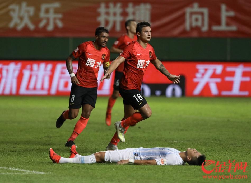 恒大球员在倒地的富力球员面前庆祝 金羊网记者梁怿韬 摄