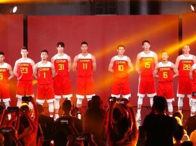 中国男篮携新战袍亮相 每件球衣使用约20个回收塑料瓶制成