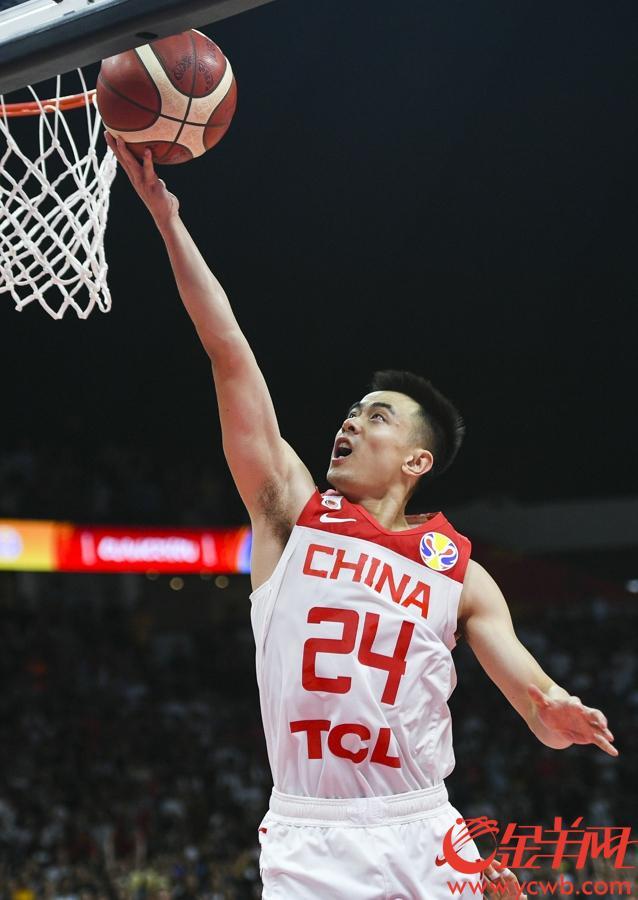 赵继伟快攻上篮。
