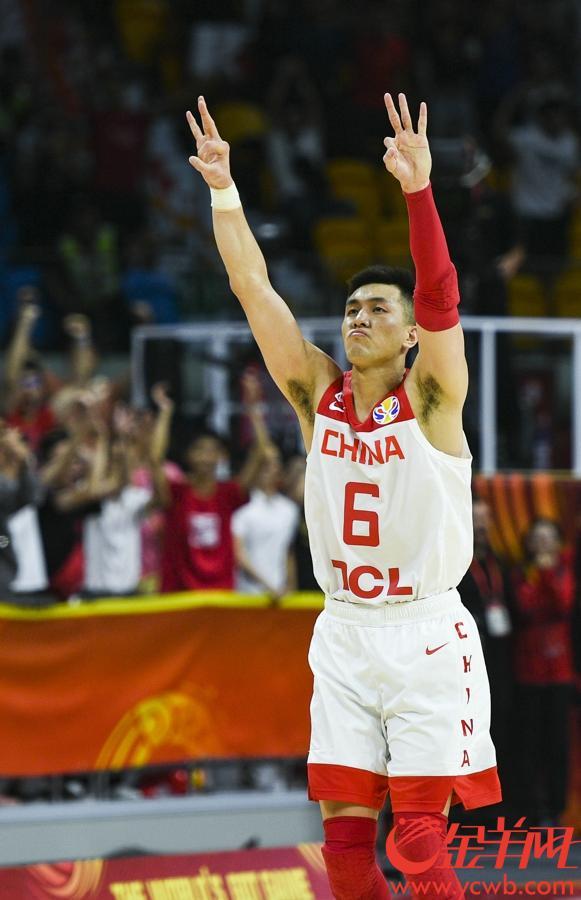 郭艾伦命中关键三分,举手庆祝。