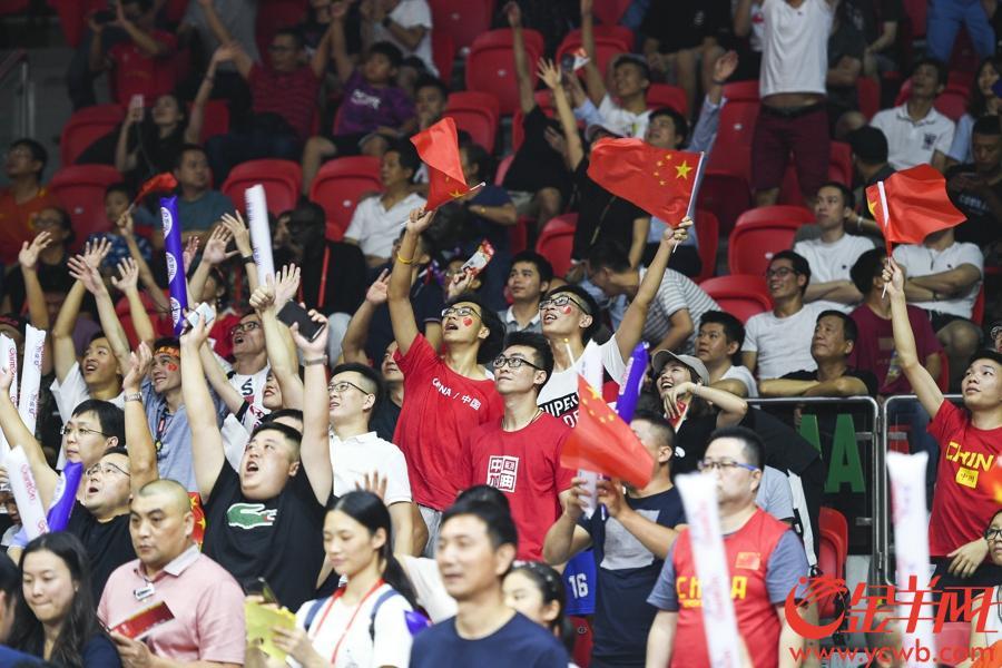 现场观众为中国队加油呐喊。