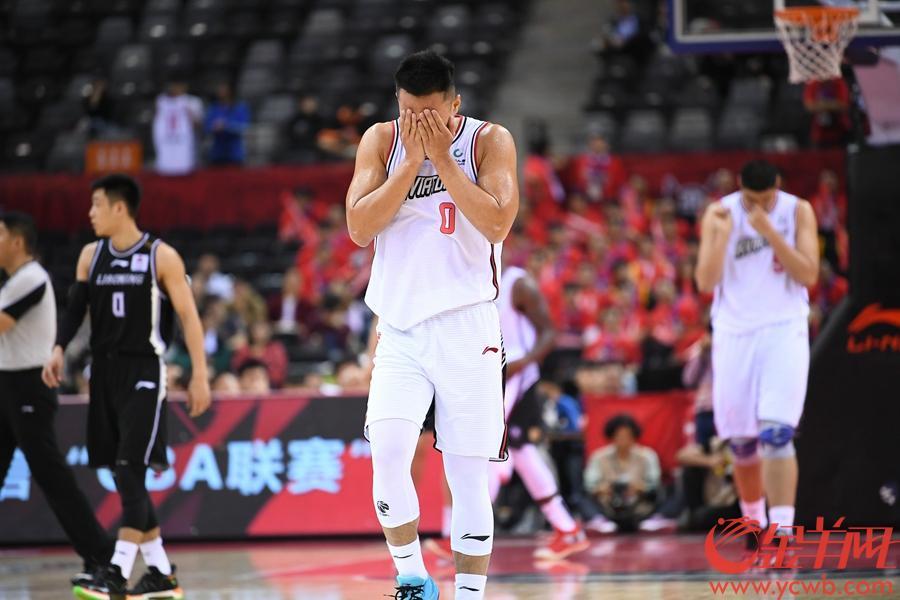 球队失利,深圳队贺希宁双手掩面。金羊网记者 王磊 摄
