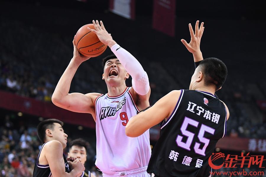 深圳队李慕豪(左)上篮,辽宁队韩德君(右)防守。李慕豪全场比赛得14分。金羊网记者 王磊 摄