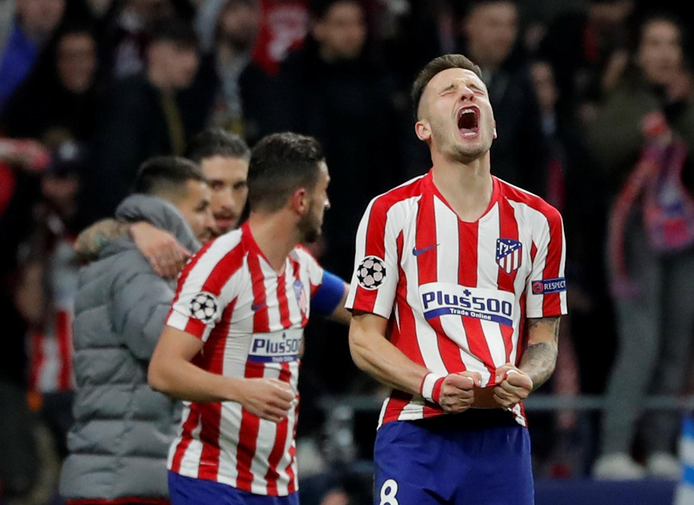 马德里竞技队球员萨乌尔(右)在赛后庆祝胜利